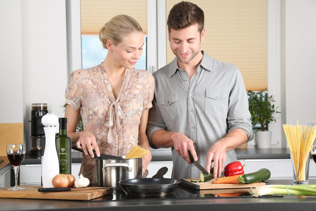 best-hand-blender-kitchen-couple
