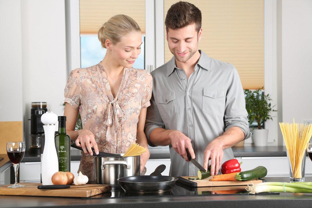 best-hand-blender-kitchen-couple